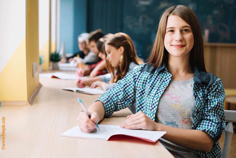 Pour représenter les inscriptions à l'École polyvalente La Pocatière - adolescente-ecole-bureau-eplp
